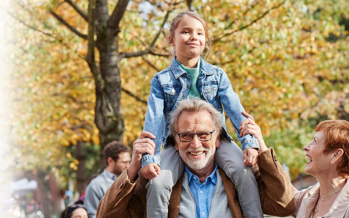 Opa und Enkel pflanzen im Garten für die  Zukunft