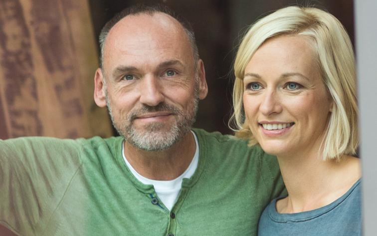 Paar schaut zufrieden dank Altersvorsorge