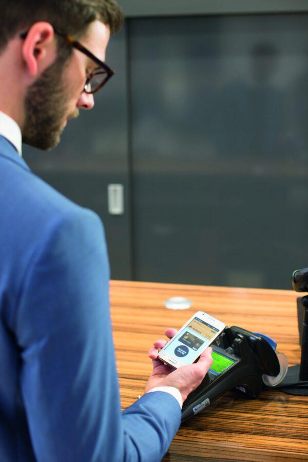 <p>Per Banking-App und Android-Smartphone kann man heute per NFC bezahlen<br> Bild Nr. 1447, Quelle: Postbank<br> © Jochen Manz</p>
