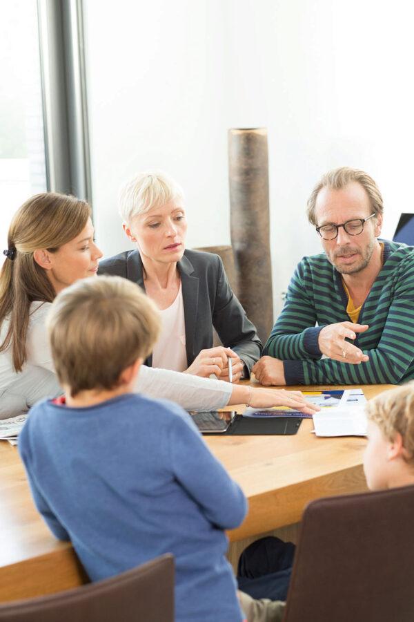 <p>Familie und Freunde sind bei Finanzfragen für viele erster Ansprechpartner<br> Bild Nr. 1465, Quelle: Postbank<br> © Jochen Manz</p>