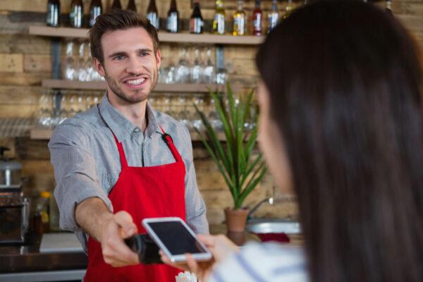 <p>Kleine Beträge kann man heute blitzschnell mit dem Smartphone bezahlen<br> Bild Nr. 1469, Quelle: Postbank<br> © Wavebreakmedia ltd.</p>