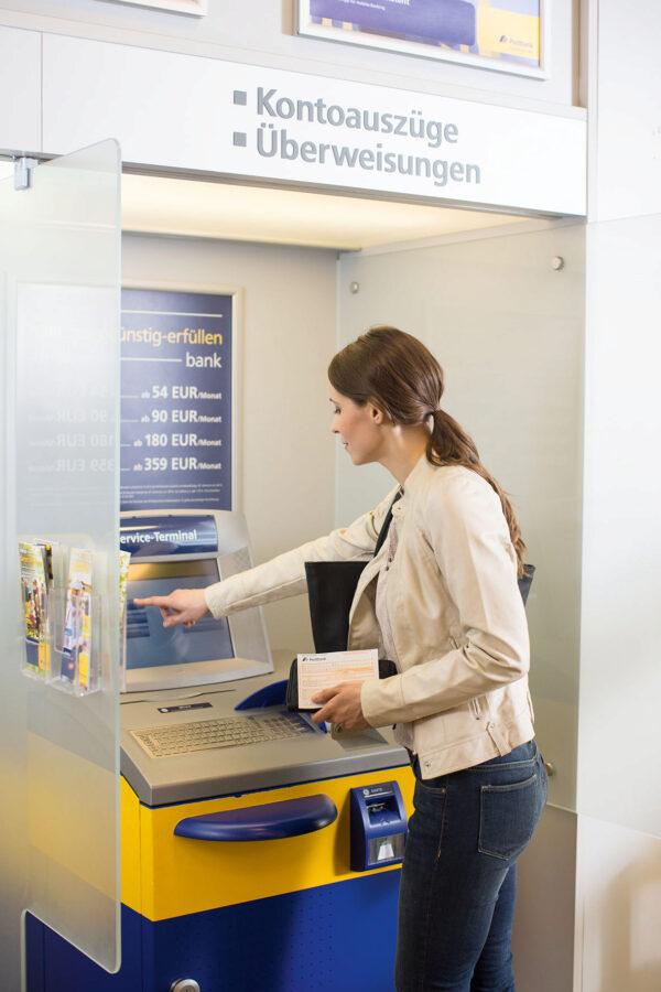 <p>Jeder vierte Deutsche kontrolliert seinen Kontostand einmal in der Woche<br> Bild Nr. 1490, Quelle: Postbank<br> © Jochen Manz</p>