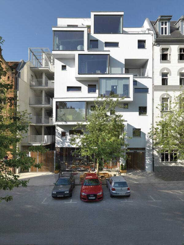 <p>Sieht gar nicht nach Holzbau aus, ist es aber: Mehrfamilienhaus in Berlin<br> Bild Nr. 6280, Quelle: Kaden Klingbeil Architekten/Foto: Bernd Borchardt/BHW Bausparkasse</p>