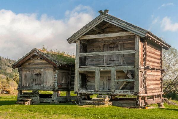 """<p>Ganz alt: Das älteste Holzhaus der Welt steht in Norwegen<br> Bild Nr. 6293, Quelle: Harald Naper for www.vtm.no/BHW Bausparkasse</p> <p>Ganz neu: Bauarbeiten am """"HoHo Wien"""", dem höchsten Holzhaus der Welt<br> Bild Nr. 6294, Quelle: cetus-Baudevelopment-GmbH/BHW Bausparkasse</p>"""