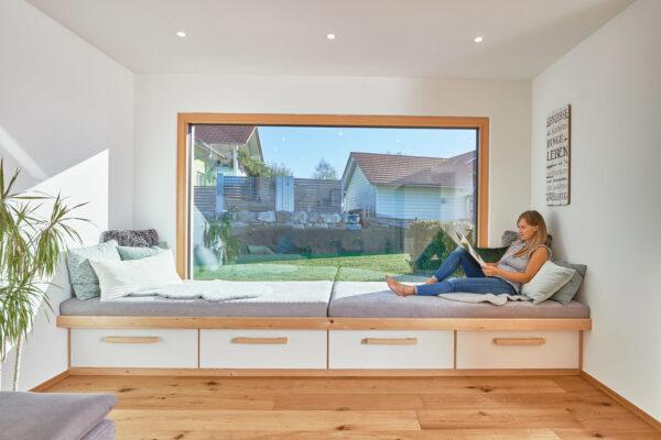 <p>Holzfenster schaffen ein behagliches Wohnklima<br> Bild Nr. 6295, Quelle: WeberHaus/BHW Bausparkasse</p>