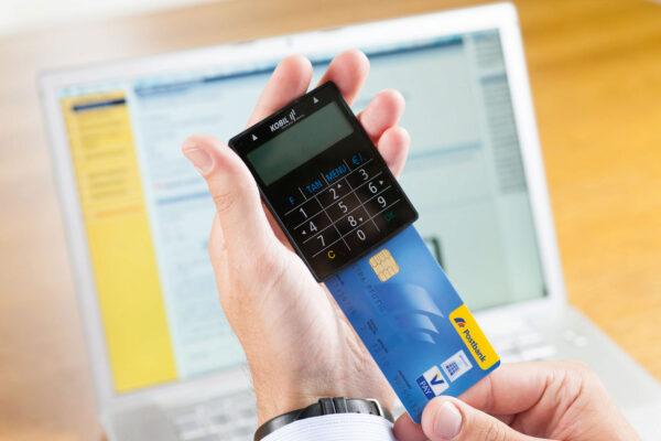 <p>chipTAN: Mit einem TAN-Generator und seiner Girokarte erzeugt der Bankkunde seine TAN selbst<br> Bild Nr. 1524, Quelle: Postbank<br> © Jochen Manz</p>