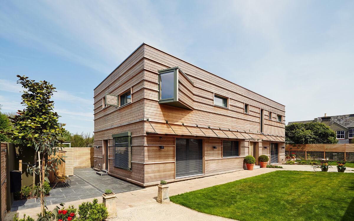 Moderne Architektur, altbewährter Baustoff: Die Fassade dieses Hauses ist mit naturbelassenem Holz verschalt