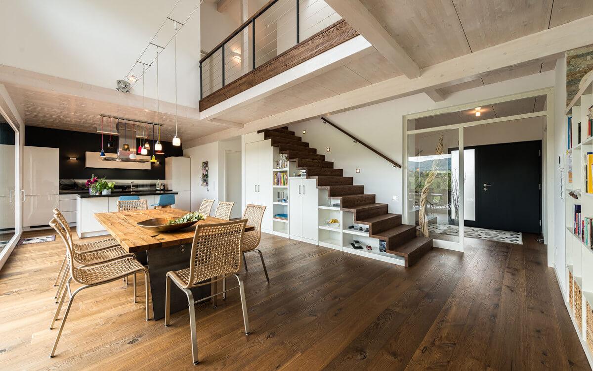 Die Decke besteht aus lasierter Fichte, Boden und Treppe sind aus Eiche