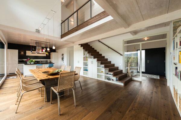 Die Decke besteht aus lasierter Fichte, Boden und Treppe sind aus Eiche Bild Nr. 6292, Quelle: Frammelsberger Holzhaus/BHW Bausparkasse