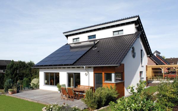 Immer der Sonne nach: Strom vom Dach lohnt sich heute besonders für den Eigenverbrauch