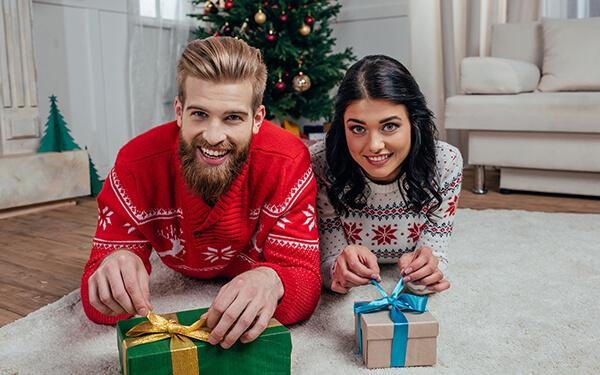 Geldgeschenke unterm Weihnachtsbaum sind vor allem bei jungen Menschen gern gesehen Bild Nr. 1494, Quelle: Postbank © AlexNazaruk