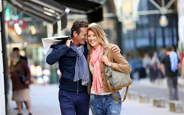 Das Bezahlen beim Einkaufsbummel wird dank NFC-Technologie noch komfortabler Bild Nr. 1515, Quelle: Postbank © Fabrice Michaudeau