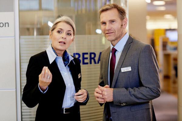 Benötigt der Kunde Hilfe? Bankmitarbeiter müssen im Einzelfall entscheiden. Bild Nr. 1559, Quelle: Postbank, © Jochen Manz